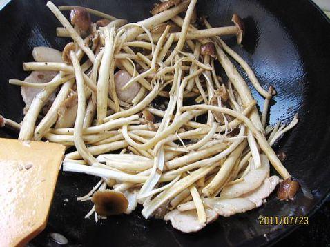 洋葱炒茶树菇的简单做法