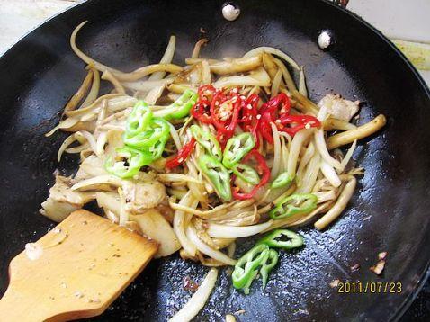 洋葱炒茶树菇怎么炒