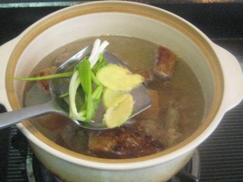 白萝卜黑木耳炖烤鸭架子汤的家常做法