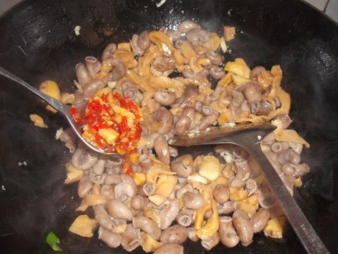萝卜干炒石斑鱼肚怎么炒