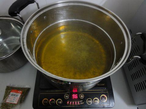 黑糯米釀猪大肠槐花汤的简单做法