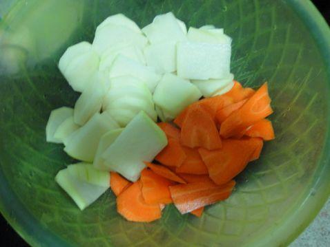 红萝卜大头菜猪骨汤的做法图解