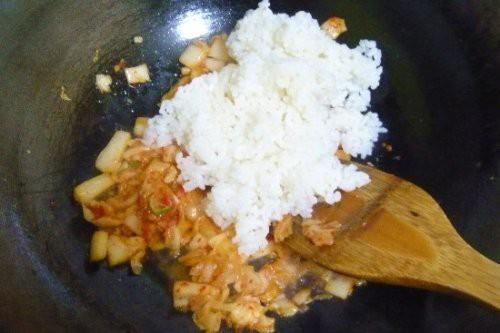辣白菜炒饭的家常做法