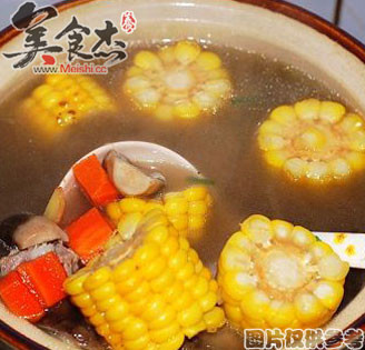 胡萝卜玉米牛蒡汤的做法