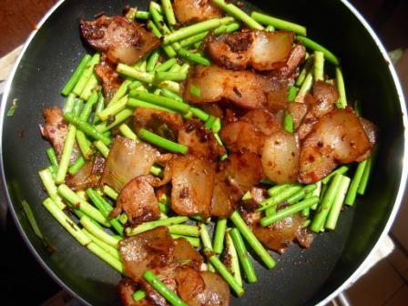 腊肉炒蒜苔的简单做法