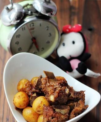 土豆仔炖脊骨的做法