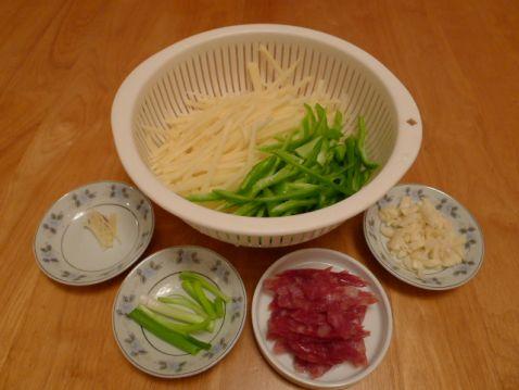 腊肠炒青椒土豆丝的做法图解