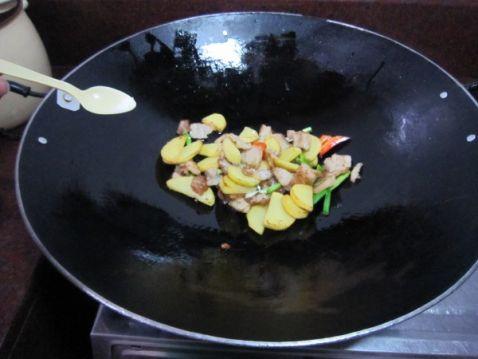 土豆片烧肉怎么煸