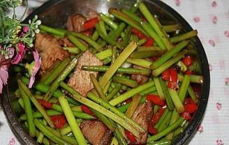 辣椒烤肉炒蒜苔的做法