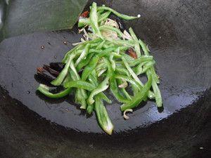 红肠炒尖椒的家常做法