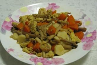 五彩菌菇炒蛋的做法