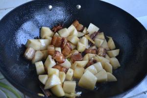 五花肉炖土豆怎么煮