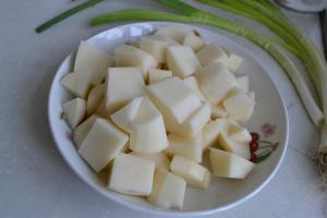 五花肉炖土豆的家常做法