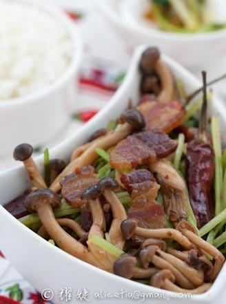 干锅腊肉蟹味菇的做法