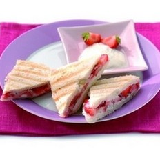 龙嵩乳酪草莓三明治