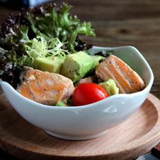 三文鱼配牛油果沙拉