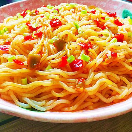 鮮椒貢菜拌米粉