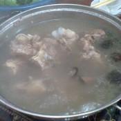 羊骨香菇炖汤