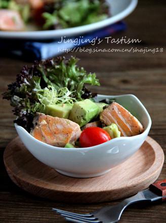 三文鱼配牛油果沙拉的做法
