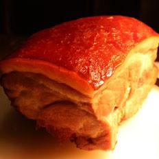 臭猪肉一腌一泡一烤变成油亮烟熏肉