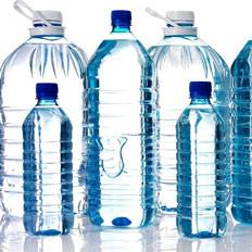 网传瓶装水冷藏会释放致癌物质?